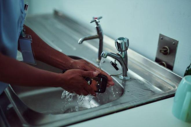 Kháng nước kháng bụi xưa rồi, điện thoại thông minh giờ đây có thể tự kháng khuẩn